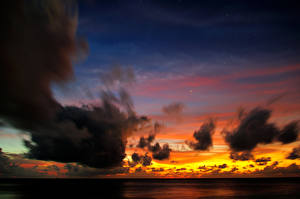 Картинки Мальдивы Рассветы и закаты Тропики Небо Море Облака Природа