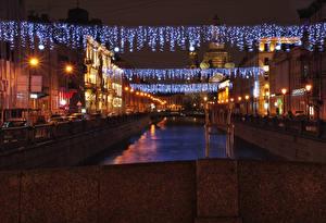 Обои Россия Санкт-Петербург Дома Водный канал Гирлянда Уличные фонари Стул Ночь Города