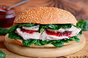 Фото Сэндвич Булочки Мясные продукты Овощи Разделочная доска Продукты питания