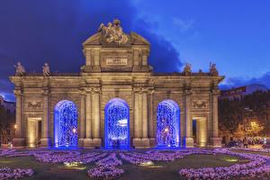Фотография Испания Мадрид Скульптуры Вечер Ворота Puerta de Alcala Города