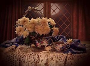 Картинка Натюрморт Хризантемы Чайник Конфеты Стол Корзинка Чашка Еда Цветы