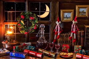 Обои Натюрморт Керосиновая лампа Рождество Пирожное Вино Подарки Книга Бокалы Пища