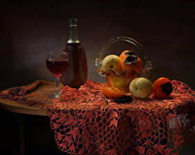 Картинка Натюрморт Вино Фрукты Яблоки Хурма Стол Бутылка Бокалы Пища