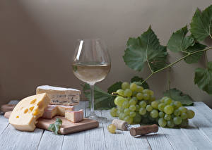 Фотография Натюрморт Вино Виноград Сыры Доски Бокалы Разделочная доска Листья Пища