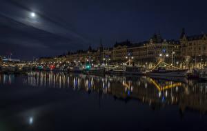 Фотография Швеция Стокгольм Дома Речка Причалы Катера Речные суда Ночь Луна Уличные фонари Города