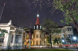Картинки Таиланд Здания Дворец Уличные фонари Деревья Ночные Phaya Thai Palace