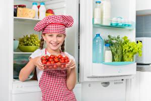 Обои Томаты Девочки Повар Шапки Улыбка Холодильник Ребёнок