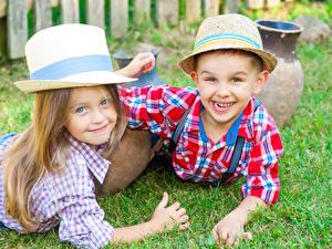 Фотографии Вдвоем Мальчики Девочки Улыбка Шляпа Взгляд Дети