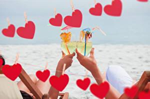 Обои День святого Валентина Напитки Руки Бокалы Двое Сердечко Продукты питания
