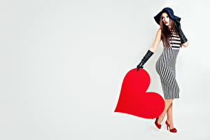Обои День всех влюблённых Серце Шляпа Платье Перчатках Серый фон молодые женщины
