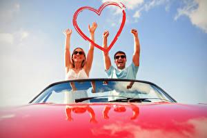 Фото День всех влюблённых Мужчины Любовь 2 Руки Сердечко Счастье Девушки