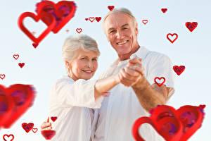 Картинки День святого Валентина Мужчины Любовь Женщины Сером фоне 2 Улыбка Сердечко woman