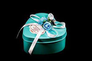 Фото День всех влюблённых Розы Черный фон Коробка Подарки Ленточка