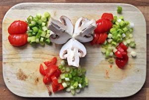 Картинка Овощи Грибы Томаты Разделочная доска Пища