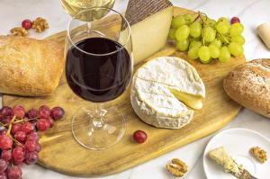Картинка Вино Виноград Сыры Хлеб Разделочная доска Бокалы Пища
