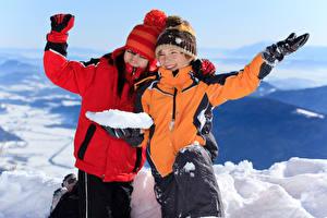 Фотография Зима Мальчик Вдвоем Шапки Куртках Руки Снег Улыбка Дети