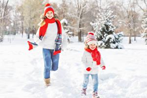 Фотографии Зима Снег Девочки Шапки Шарф Улыбка Девушки