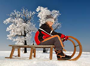 Картинка Зимние Снег Санки Девочки Шапки