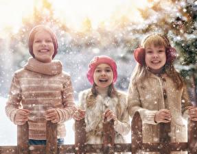 Картинка Зимние Трое 3 Мальчики Девочки Снег Улыбка Свитер Шапки Ребёнок