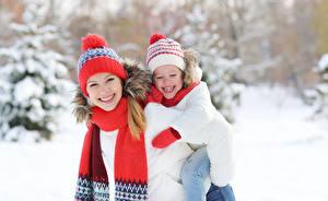 Картинка Зимние 2 Девочки Улыбка Шапки Шарф