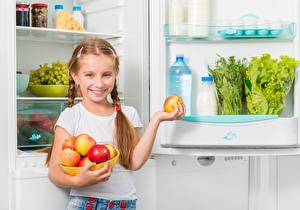 Картинки Яблоки Девочки Улыбка Холодильник Ребёнок