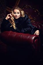 Фотография Блондинки Шуба Сидящие Смотрит молодая женщина