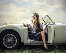 Фото Блондинка Очки Сидит Девушки Автомобили
