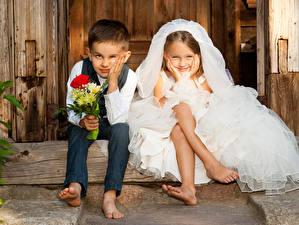 Картинка Букеты 2 Мальчики Девочки Жених Невеста Сидящие Улыбка Ребёнок
