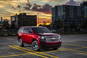 Картинка Chevrolet Красные Парковка Внедорожник 2018 Tahoe Автомобили
