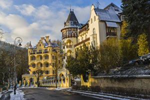 Обои для рабочего стола Чехия Здания Зимние Улица Уличные фонари Ограда Снега Karlovy Vary Города