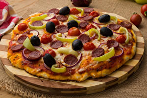 Картинка Быстрое питание Пицца Оливки Разделочная доска Еда