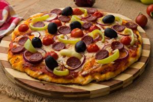 Картинка Быстрое питание Пицца Оливки Разделочной доске Еда