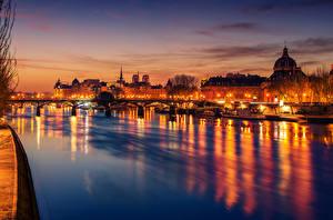 Картинка Франция Дома Реки Мосты Вечер Причалы Париже Уличные фонари Города