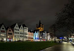 Фото Германия Кёльн Здания Улиц Уличные фонари Газоне Ночь