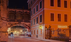 Обои для рабочего стола Германия Дрезден Дома Улице Уличные фонари Забора Ночные город