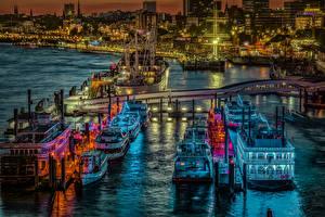 Картинка Германия Гамбург Здания Вечер Пирсы Корабли Речка Речные суда Города