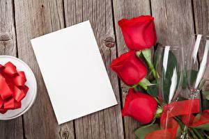 Фотографии Праздники Розы Доски Красный Лист бумаги Шаблон поздравительной открытки Бокалы Цветы