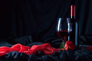 Картинка Праздники Вино Розы Черный фон Бутылка Бокалы Красный Продукты питания