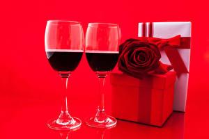 Картинка Праздники Вино Розы Красный фон Бокалы Двое Подарки Продукты питания