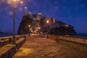 Фото Италия Замки Дороги Вечер Утес Уличные фонари Aragonese Castle Города