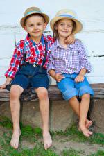 Фотографии Девочки Мальчики 2 Шляпа Рубашка Улыбка Объятие Сидящие Ребёнок