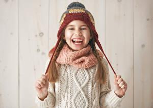 Фотография Девочки Смех Шапки Руки Свитер Дети