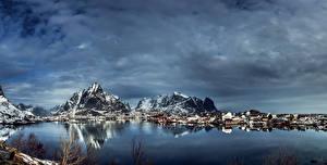 Обои Норвегия Лофотенские острова Здания Горы Речка Зимние Небо Reine Города
