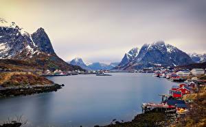 Картинки Норвегия Лофотенские острова Горы Речка Здания Reine Города