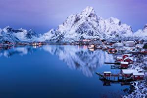 Фото Норвегия Зимние Горы Озеро Дома Вечер Снег Reine Города