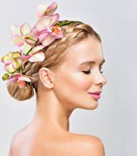 Картинки Орхидеи Серый фон Блондинка Улыбка Девушки