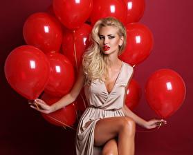 Фотографии Красный фон Блондинка Воздушный шарик Красный Смотрит Руки Сидящие Девушки