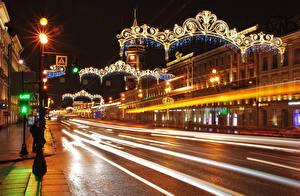 Фотография Россия Санкт-Петербург Дома Дороги Улица Гирлянда Ночь Уличные фонари Движение Города
