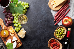 Обои Колбаса Яблоки Оливки Виноград Вино Сыры Орехи Разделочная доска Бокалы Еда