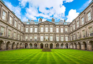 Обои Шотландия Эдинбург Здания Дворец Газон Уличные фонари Holyroodhouse Palace
